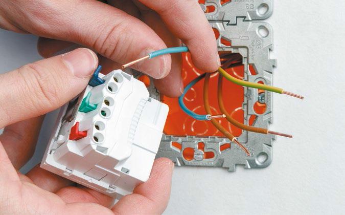 Пример простоты монтажа выключателя из серии Уника Нью